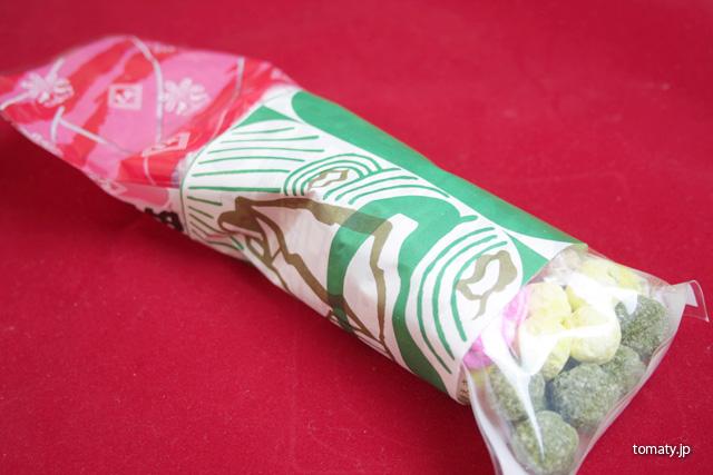 包装紙に包まれた五色豆