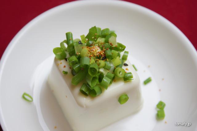 豆腐に七味唐辛子をかけてみた