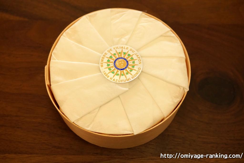 北海道のお土産__フランス菓子パリ16e_カマンベールチーズケーキ_蓋を開けたところ