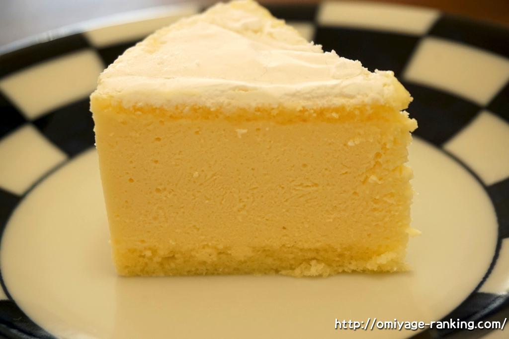 北海道のお土産__フランス菓子パリ16e_カマンベールチーズケーキ_切ったところ